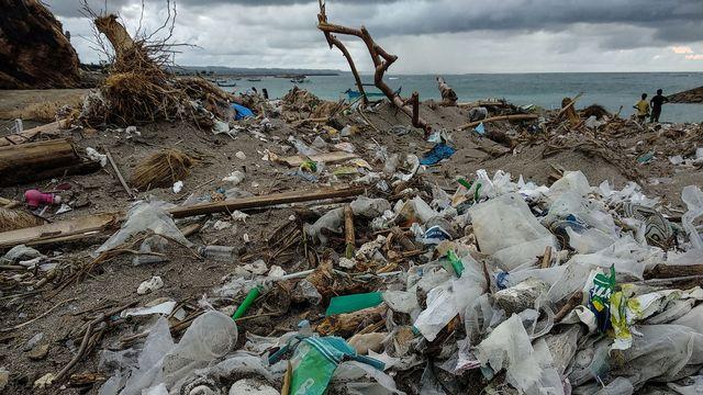 """La quantité de gaz à effet de serre ainsi libérée par le plastique n'est pas encore déterminée, """"mais il est urgent de le faire"""", estiment les auteurs de la recherche publiée dans la revue PLOS ONE. [Anonymous - AFP]"""