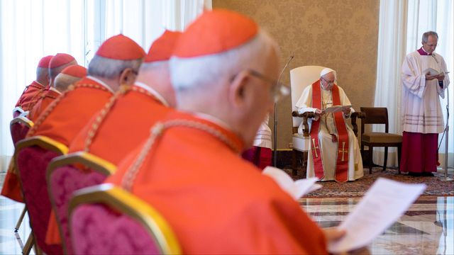Le pape François durant une réunion consulaire au Vatican. [Vatican Media - reuters]