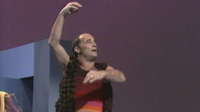 Bernard Haller dans le sketch Le maître de ballet en 1975. [RTS]