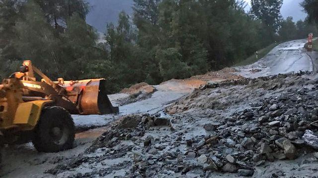 La route entre Vex et Euseigne a été coupée lundi soir dans le Val d'Hérens. [José Esteve - Service valaisan de la mobilité]