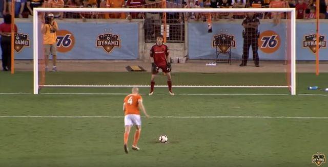 Senderos s'apprête à marquer un penalty capital. [Compte Youtube Houston Dynamo - RTS]