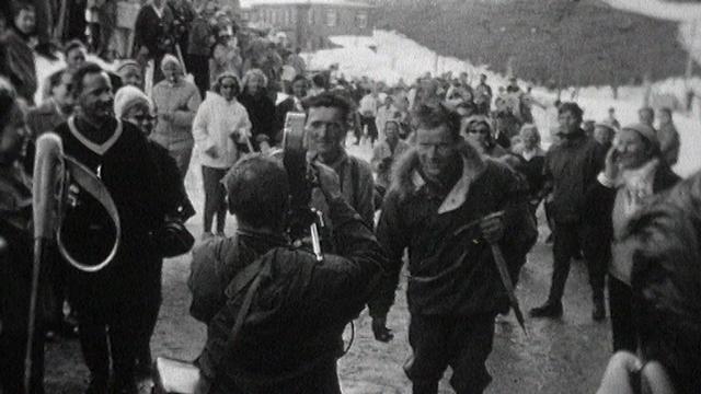 Toni Hiebeler et ses compagnons de cordée de retour de l'Eiger, 1961. [RTS]