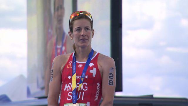 Triathlon dames: la joie de la Suissesse lors de la remise des médailles [RTS]
