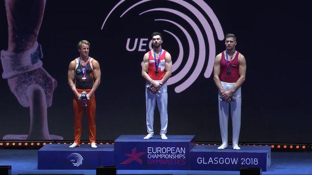 Gymnastique, barre fixe: Oliver Hegi (SUI) savoure sa médaille d'or sur le podium [RTS]