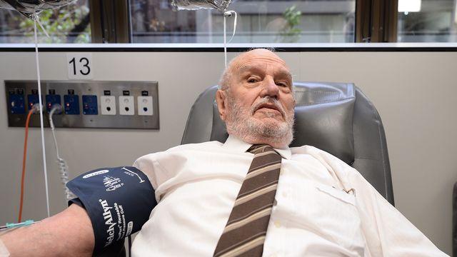 James harrison donne son sang le 11 mai 2018, 63 ans après son premier don. SUBEL BHANDARI AFP [SUBEL BHANDARI - AFP]
