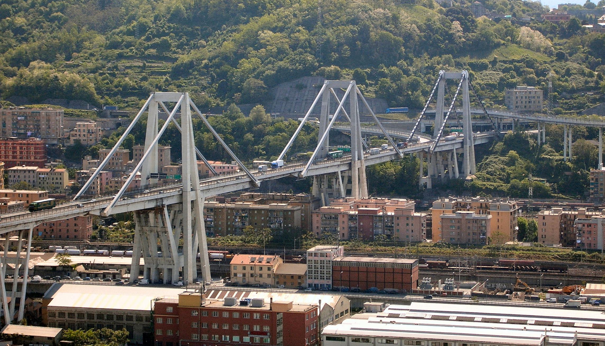 Le Ponte Morandi, qui surplombait des quartiers de Gênes, avait une longueur totale de 1102 mètres et culminait à 90 mètres de haut.