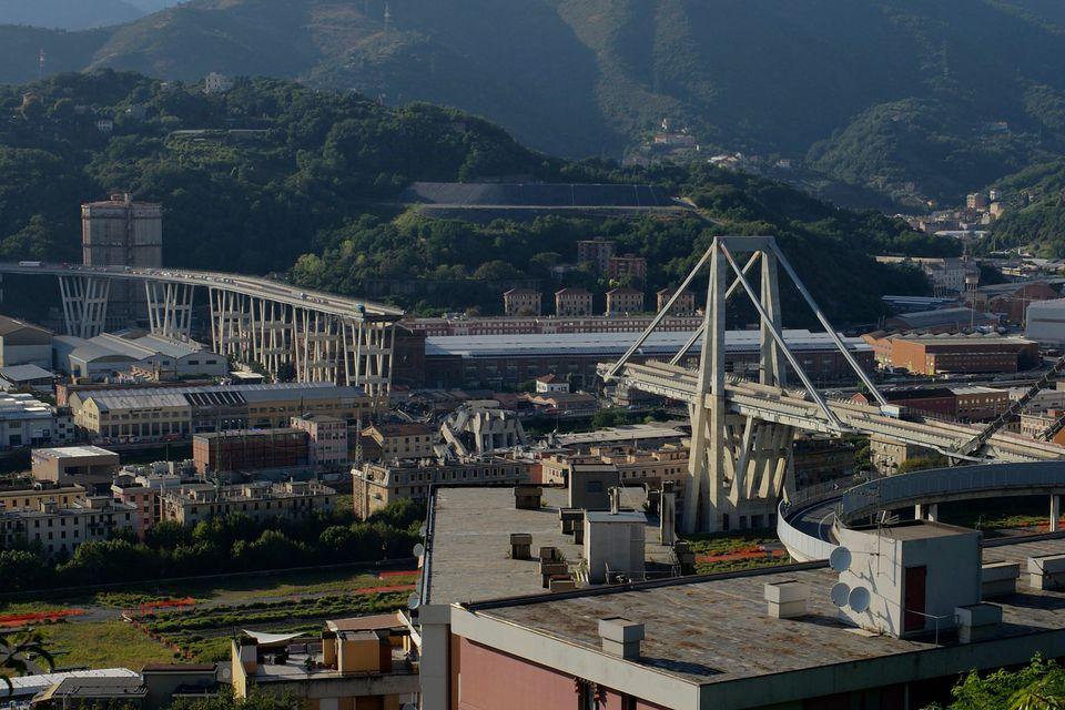 Le pont Morandi s'est effondré sur plus de 200 mètres, entraînant une trentaine de voitures et plusieurs poids-lourds. [AP Photo/Alexander Zemlianichenko - Keystone]