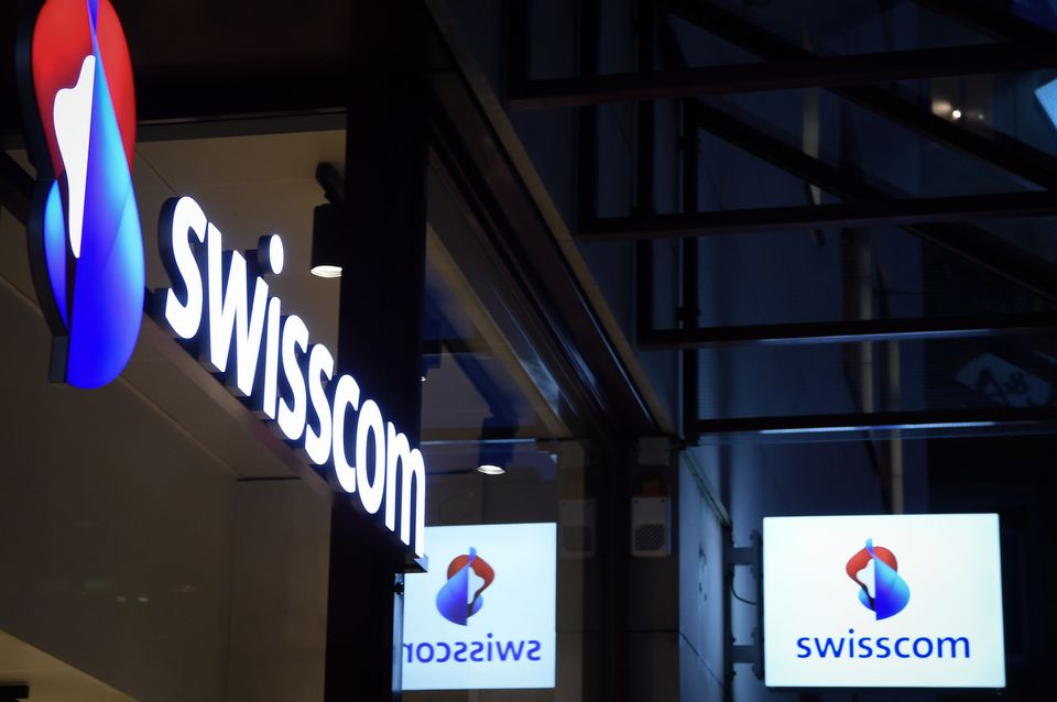 Le logo de Swisscom à l'entrée d'une boutique de la banlieue zurichoise. [Melanie Duchene - Keystone]