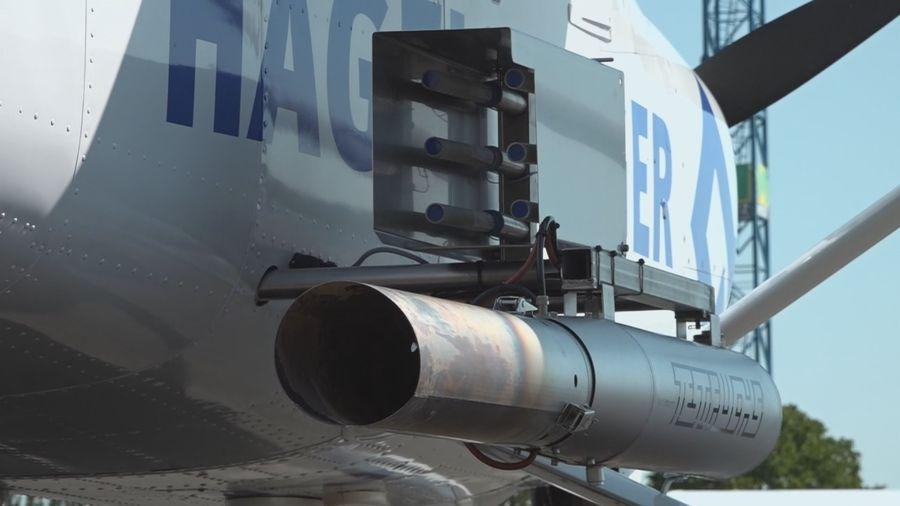 Le dispositif de pulvérisation sur l'avion anti-grêle.