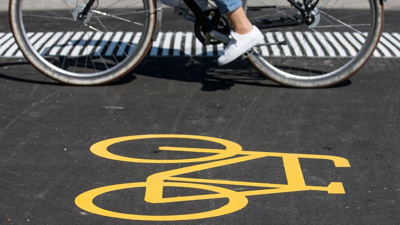 Un vélo sur une piste cyclable dans le canton de Lucerne. [Alexandra Wey - Keystone]