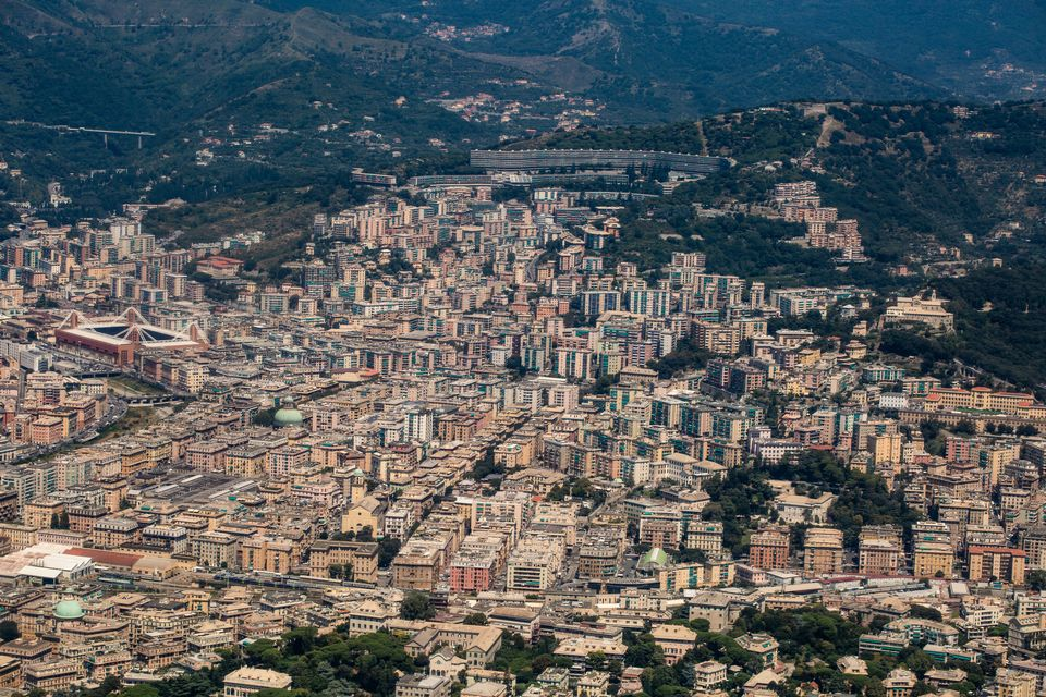 Gênes est au cœur d'un nœud routier reliant l'important port commercial avec la France à l'ouest, Milan et la Lombardie au nord, le reste de l'Italie à l'est. [Alexander Pohl - NurPhoto/AFP]