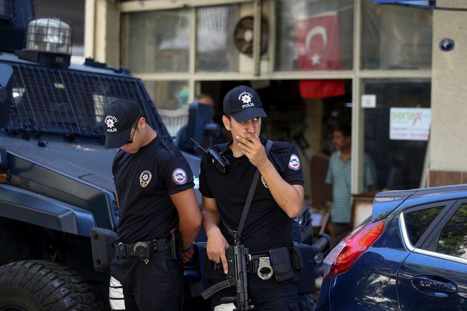 Des policiers turcs devant la résidence surveillée du pasteur Andrew Brunson. [AP Photo/Emre Tazegul - Keystone]