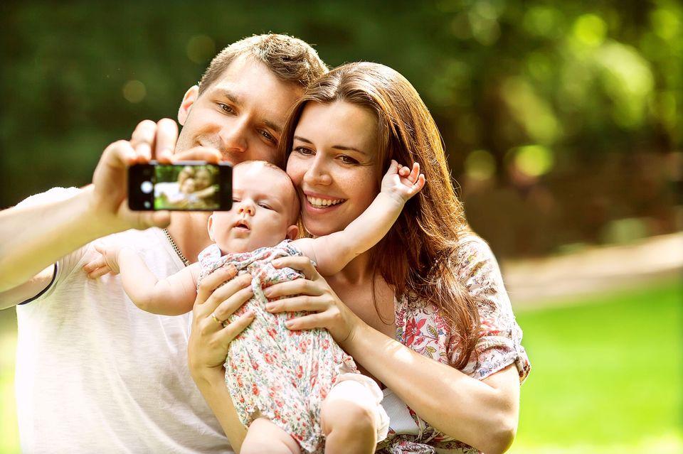 De nombreux parents postent des photos de leurs bébés sur les réseaux sociaux. [Pour l'heure, seules les mères ont droit à un congé officielle de 14 semaines. - Fotolia]