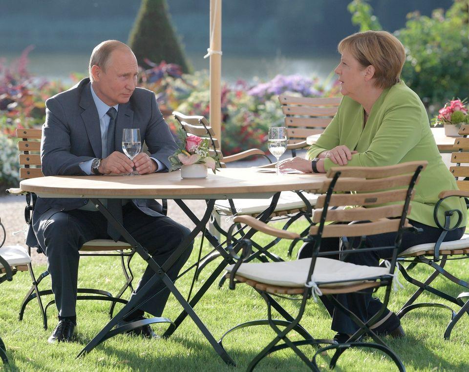 Angela Merkel a reçu Vladimir Poutine au château de Meseberg, au nord de Berlin. [Alexei Druzhinin - AP/Kremlin Pool/Keystone]