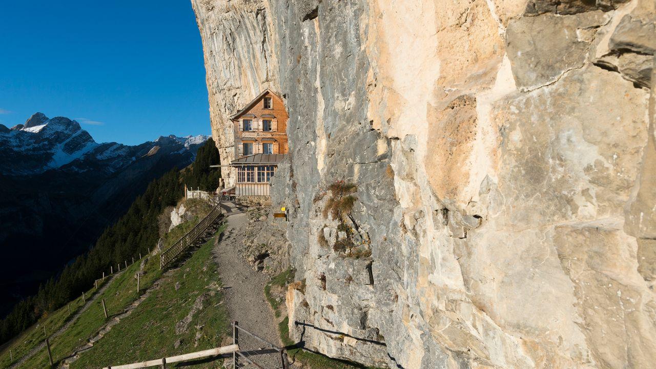 """L'auberge Aescher a été désigné """"plus beau lieu du monde"""" par le magazine National Geographic. [Gian Ehrenzeller - Keystone]"""