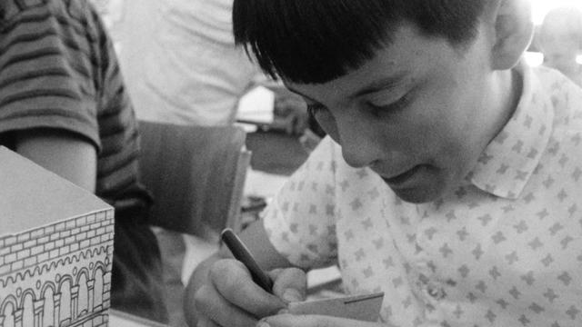 Elève de l'école de la Gradelle à Genève, appliquant la méthode Freinet. 1966. [RTS]