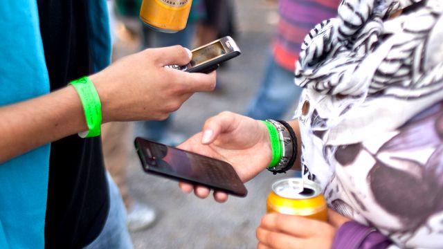 Les smartphones ont envahi notre quotidien, au point de devoir réfléchir aux comportements qu'ils induisent. [Martin Rütschi - Keystone]