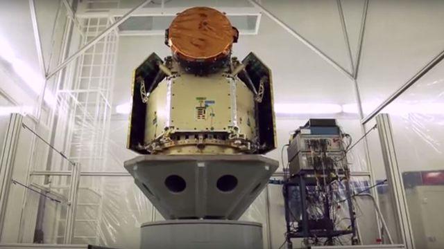 Les tests effectués sur CHEOPS au centre Ruag Space à Zurich en octobre 2015 simulent les vibrations subies lors du lancement du satellite en orbite. [Ruag Space]