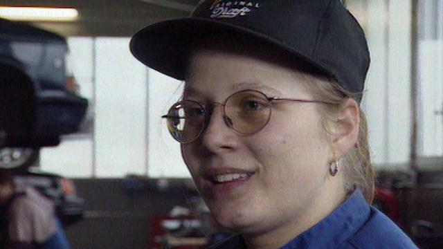 Jeune apprentie mécanicienne, 1998. [RTS]