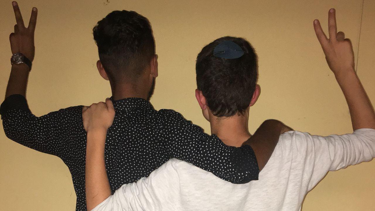 Mohammad ( gauche), 16 ans, Palestinien de Yatta en Cisjordanie, et Tzvi (droite), 17 ans, Israëlien de Gush Etzion. [Yves Zahno - RTS]
