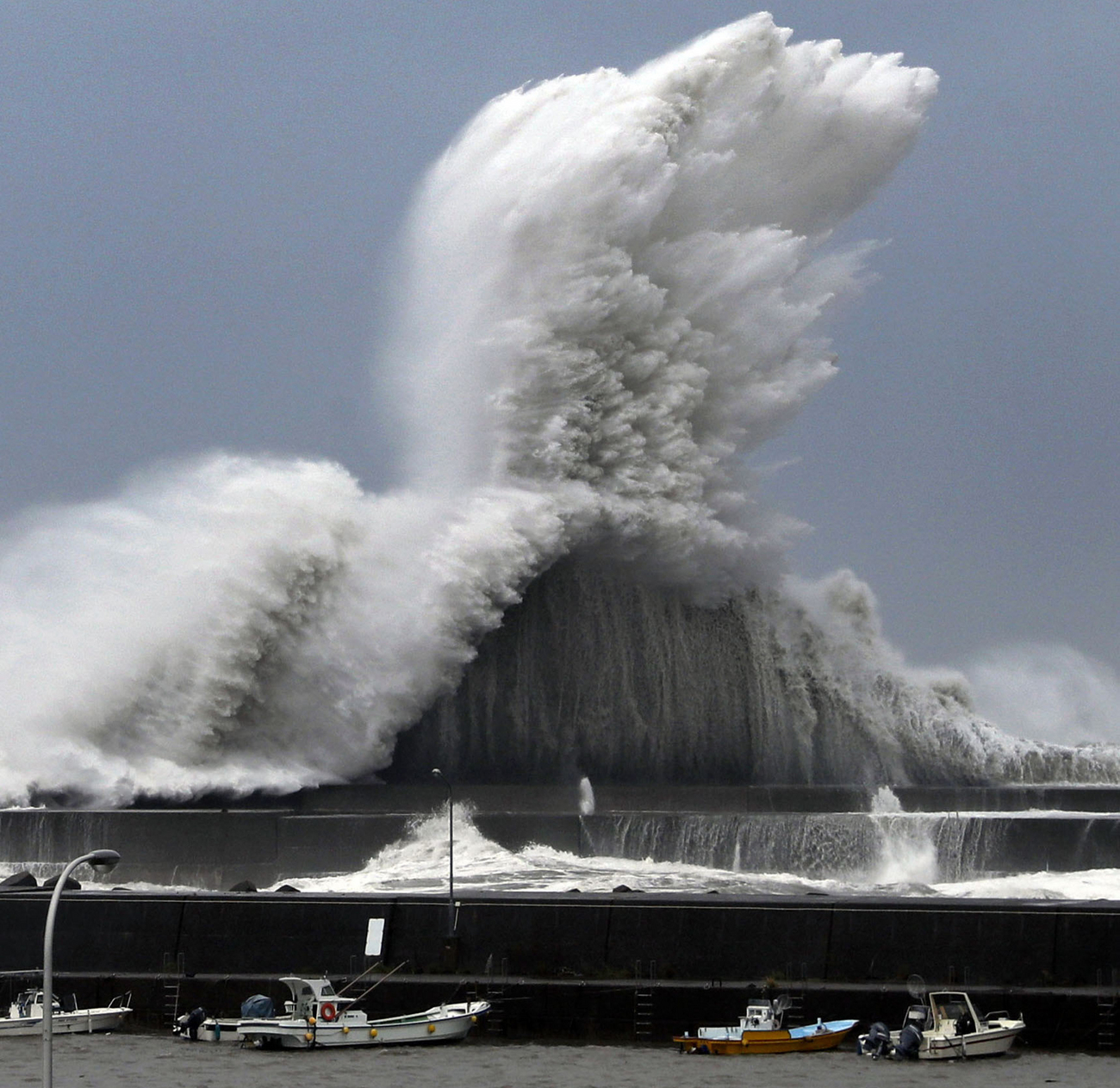 Une impressionnante vague frappe le port d'Aki dans la préfecture de Kochi ce 4 septembre 2018
