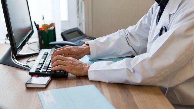 La numérisation, à l'exemple du dossier électronique du patient, est un enjeu en matière de protection des données. [Christian Beutler - Keystone]
