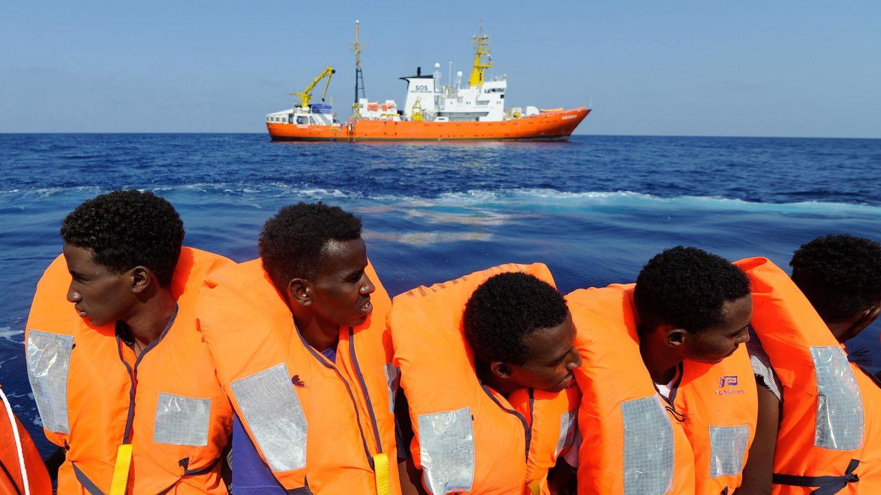 Des migrants sauvé par l'Aquarius en mer Méditerranée le 10 août dernier. [Guglielmo Mangiapane - Keystone/EPA/SOS Méditerranée ]