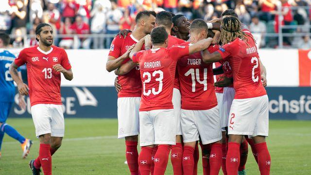 Les joueurs de l'équipe suisse célèbrent leur large victoire. [Peter Schneider - Keystone]