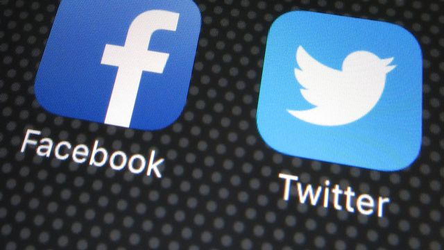 Les logos de Facebook et Twitter. [Franz-Peter Tschauner - Keystone]