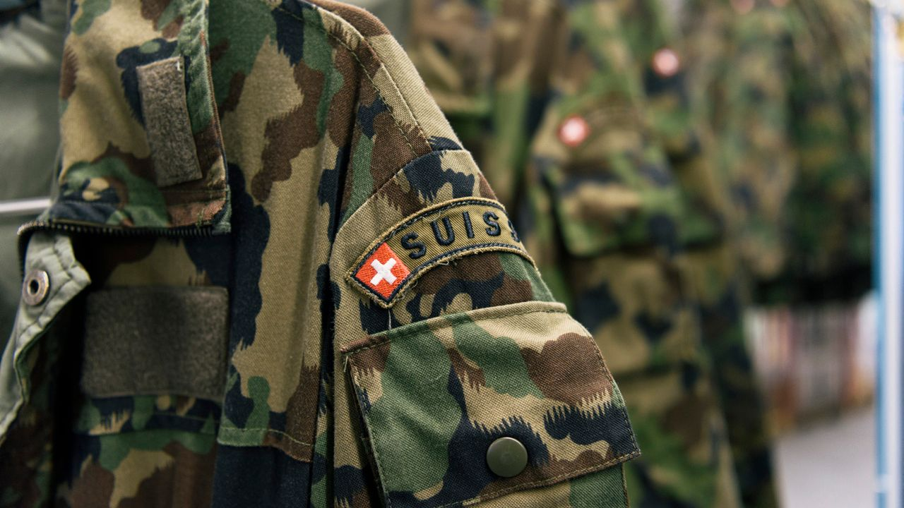 ARCHIV - ZUR HERBSTSESSION DES NATIONALRATS AM Donnerstag, 13. SEPTEMBER 2018, STELLEN WIR IHNEN FOLGENDES BILDMATERIAL ZUR ARMEEBOTSCHAFT 2018 ZUR VERFUEGUNG - Camouflage clothing is hung on coathangers, checked and repaired at the textile center of the Swiss Armed Forces' logistics center in Thun, canton of Berne, Switzerland, on April 21, 2016. (KEYSTONE/Christian Beutler)..   [Christian Beutler - KEYSTONE]