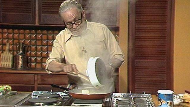 Jacques Montandon à l'oeuvre en cuisine en 1981. [RTS]