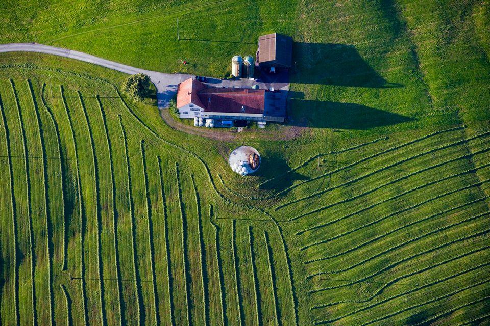 Vue aérienne d'une ferme près d'Appenzell. [Martin Ruetschi - keystone]