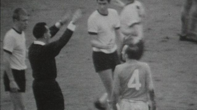 Gottfried Dienst arbitre la finale de Coupe du Monde de 1966. [RTS]