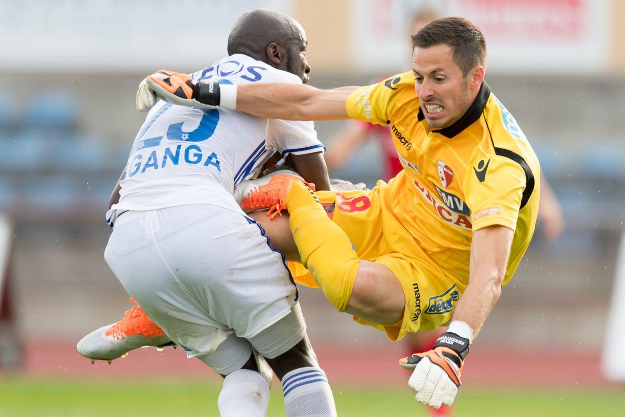 Collision en toute fin de match entre le gardien sédunois Kevin Kickentscher et le Lausannois Igor Nganga. [Laurent Gilliéron - Keystone]