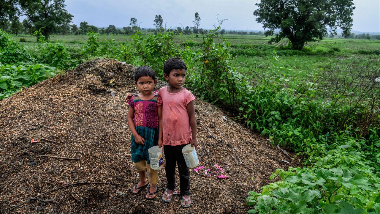 Dans l'Etat du Maharashtra, les bidons de pesticides usagés sont réutilisés pour transporter de l'eau potable, explique Public Eye. [Atul Loke - Panos Pictures/Public Eye]
