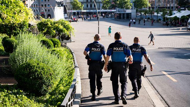 Des policiers municipaux patrouillent à Lausanne début juin pour lutter contre le deal de rue. [Jean-Christophe Bott - Keystone]