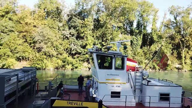 A Genève, les services industriels ont trouvé une astuce plus écologique que les camions poubelle pour transporter les déchets. [RTS]
