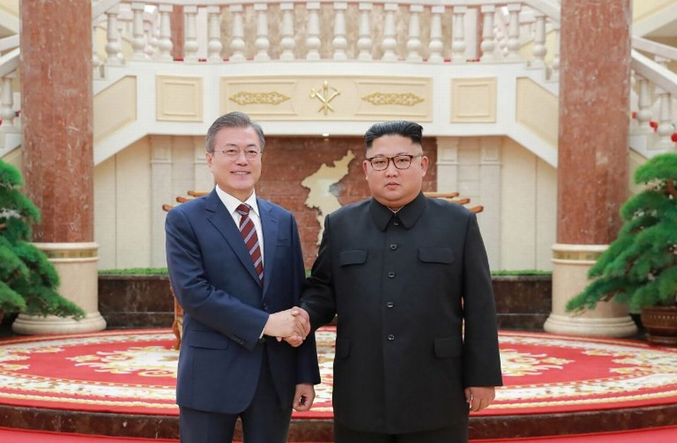 Le président sud-coréen Moon Jae-in (à gauche) et son homologue du nord, Kim Jong-un ont trouvé un accord sur la dénucléarisation à l'issue du 3e sommet intercoréen. [KCNA VIA KNS  - AFP]