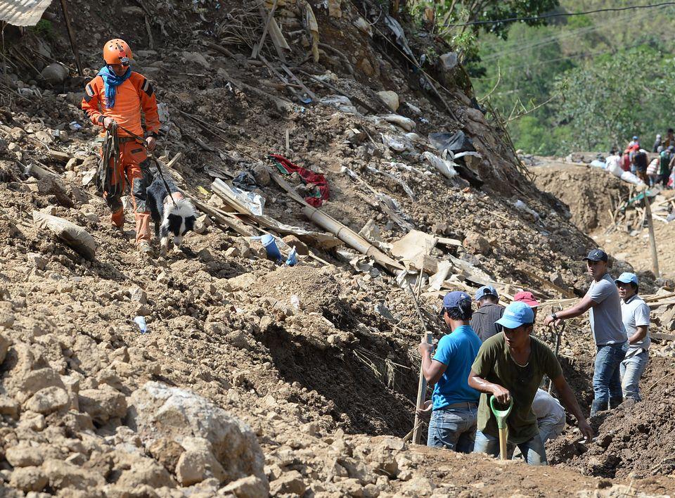 Des secouristes à la recherche de survivants après le passage du typhon Mangkhut. [Ted Aljibe - AFP]