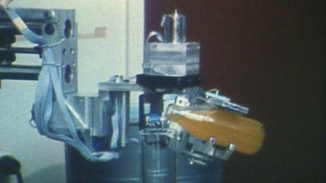 Les robots industriels en 1982. [RTS]