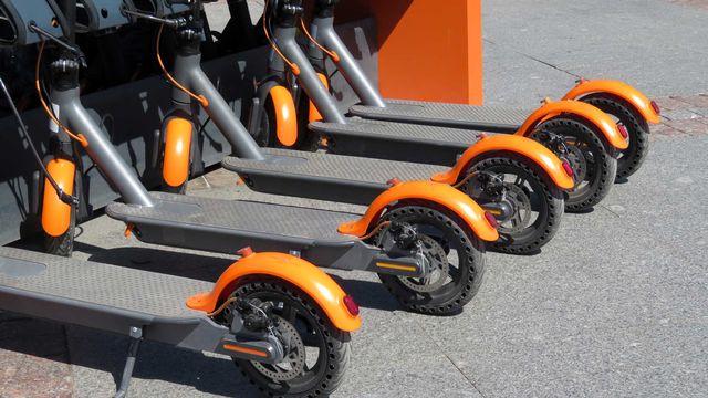 Après les vélos en libre-service, les trottinettes électriques pourraient bien envahir les villes européennes. [Oleg - Fotolia]