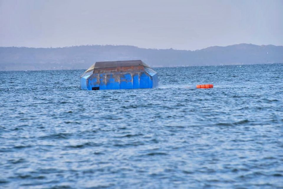 L'épave du MV Nyerere a coulé près de la côte. [AP Photo]