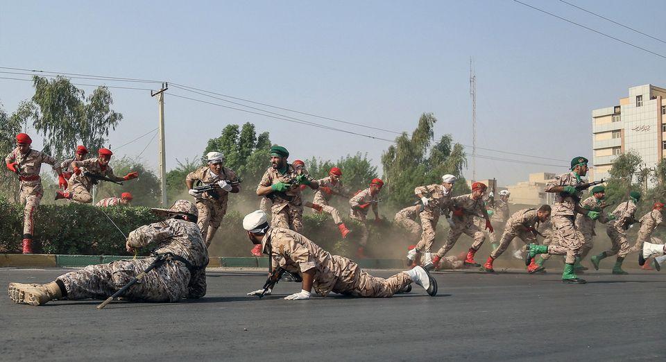 Des soldats iraniens tentant de s'abriter durant l'attaque de samedi à Ahvaz. [Morteza Jaberian - EPA/Keystone]