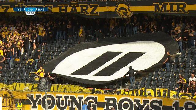 7e journée, YB - Bâle 0-0: les supporters bernois interrompent le match en jetant sur la pelouse des balles de tennis [RTS]