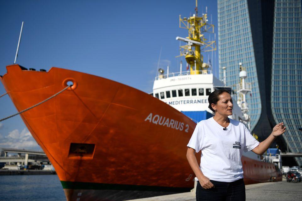 Sophie Beau, la directrice de SOS Méditerranée, devant l'Aquarius à Marseille. [Christophe SIMON - AFP]