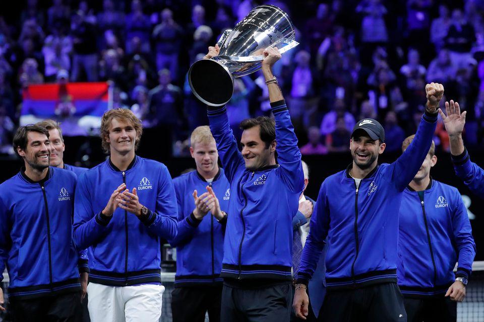 Federer soulève la Coupe Laver. [Jim Young - Keystone]