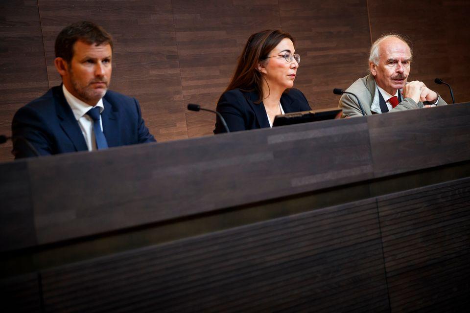 Eric Kaltenrieder, Cesla Amarelle et le professeur Claude Rouiller devant la presse. [Valentin Flauraud - Keystone]