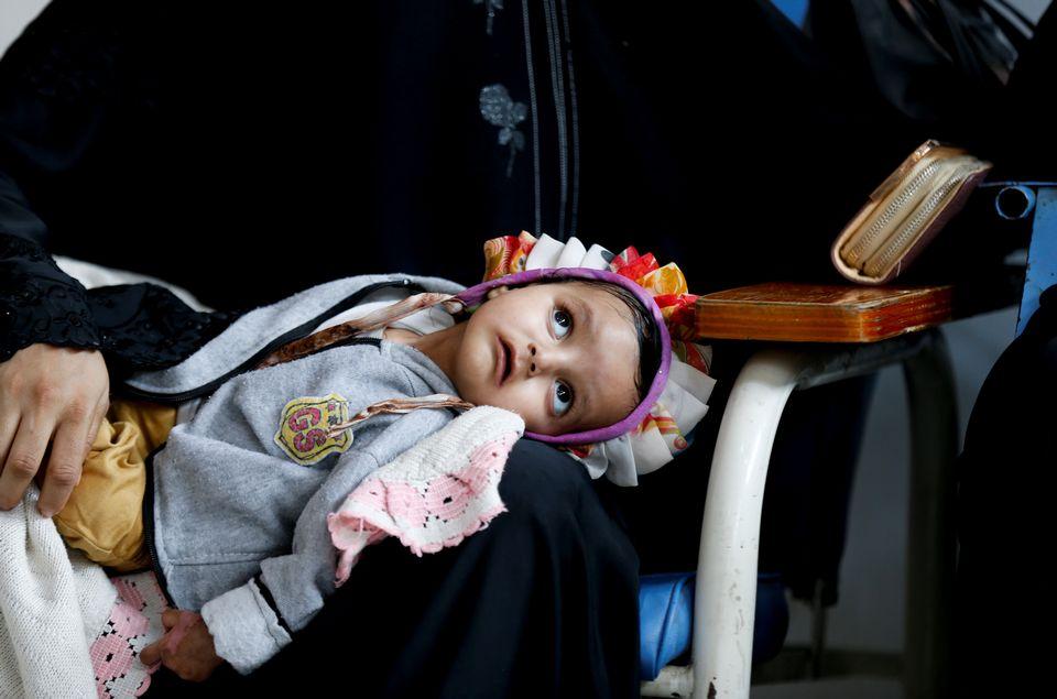 Une fille atteinte d'un cancer se repose sur les genoux de sa mère, au Centre National d'Oncologie de Sanaa, au Yémen. [Khaled Abdullah - Reuters]