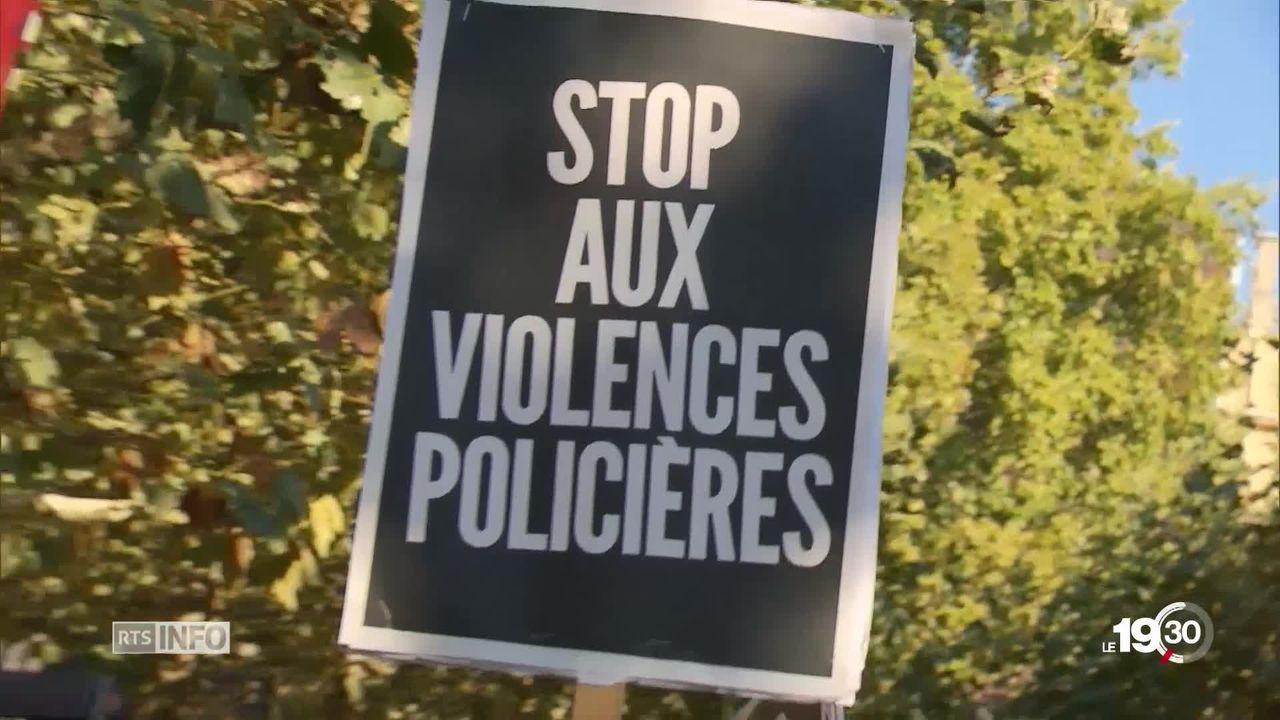 Près de 300 personnes manifestent à Lausanne contre les violences policières suite à la mort d'un Nigérian en février. [RTS]