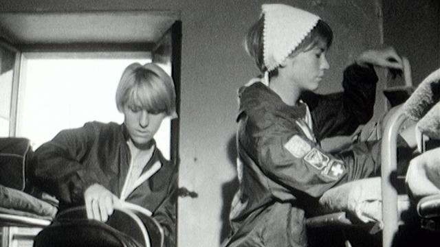 Voyageuses américaines s'installant dans leur dortoir de l'auberge de jeunesse de Montreux-Territtet, 1966. [RTS]